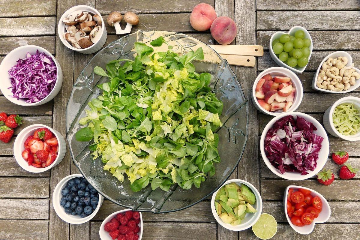 Procura integrar ensaladas como platillo principal de tus comida o cena, son bajas en calorías, hidratan tu organismo y regulan la función intestinal