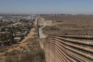 Celebran apertura de puerta en un muro privado construido entre EEUU y México