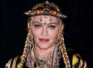 Madonna exhibe su musculoso cuerpo, usando guantes y limpiando el piso