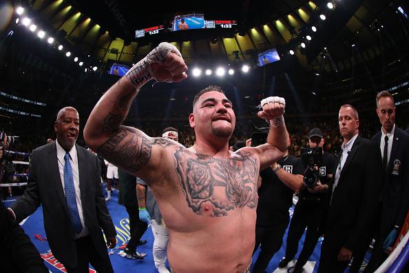 La versión más joven de Ruiz le conectó a Holyfield los golpes que lo hicieron tomar la decisión.