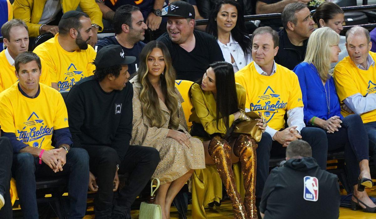 Vídeo: Beyoncé y la venganza de empujar a la mujer que coquetea con Jay Z, en su cara