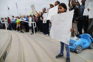 Entre protestas terminan las carreras de caballos en Santa Anita