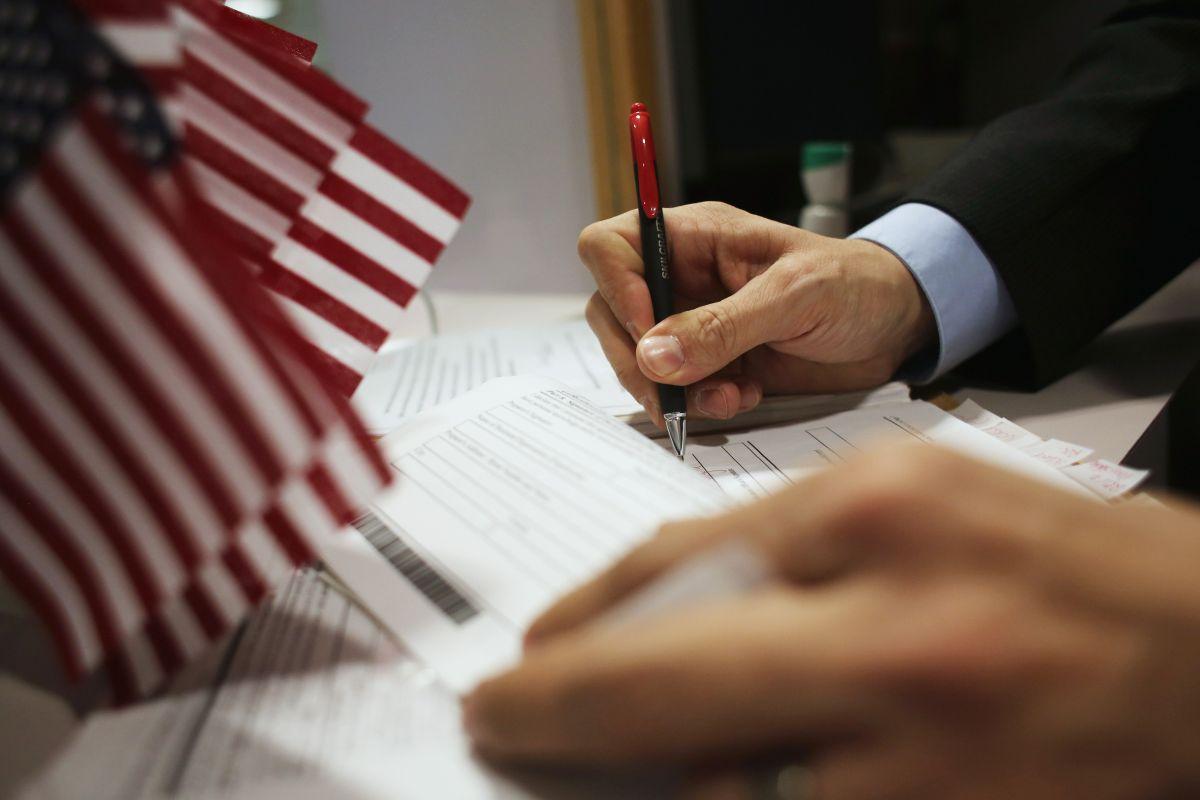 Los nuevos aplicantes de visas deben llenar un formulario con sus datos.