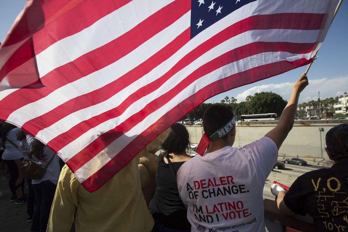 Exconsultor republicano asusta al votante blanco con el tema 'reconquista' de los latinos