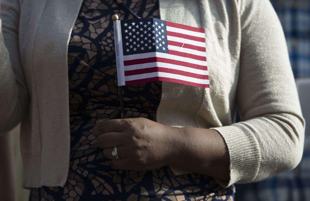 Los nuevos inmigrantes deben integrarse a la sociedad estadounidense.
