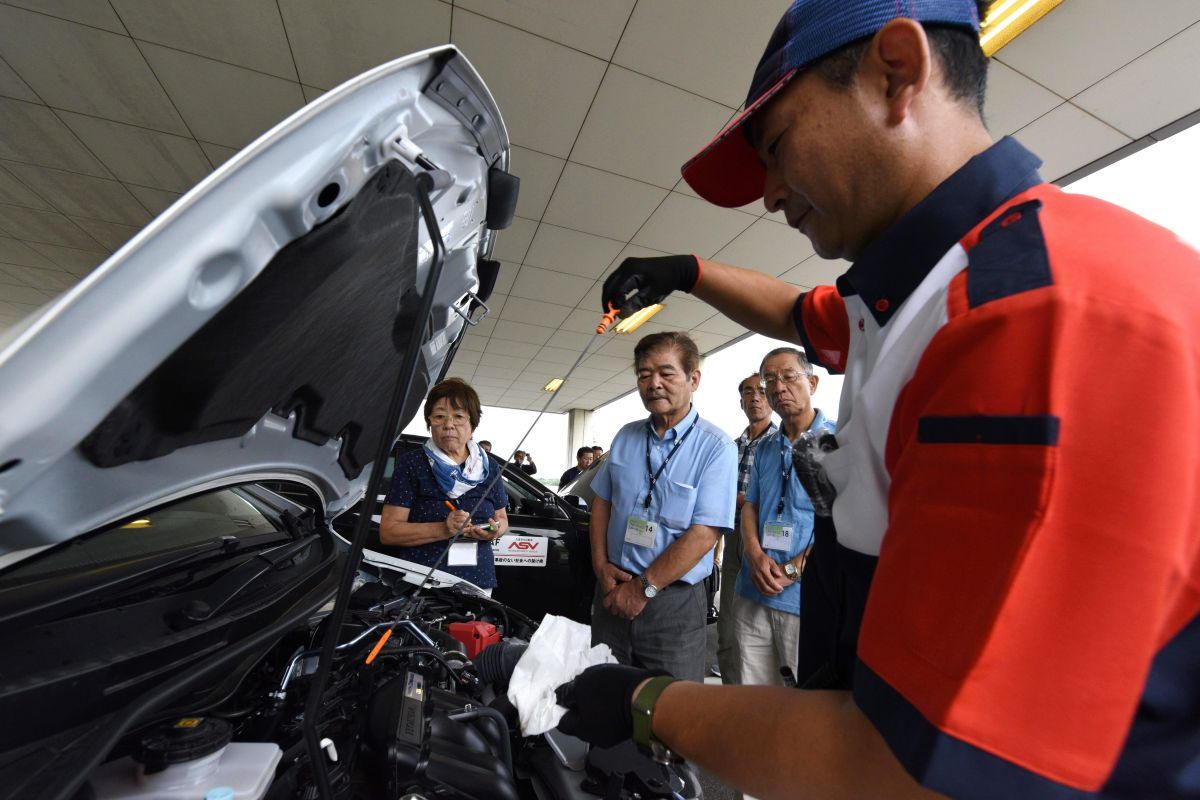 Cómo revisar el nivel de aceite de tu auto en un minuto y evitar muchos problemas futuros