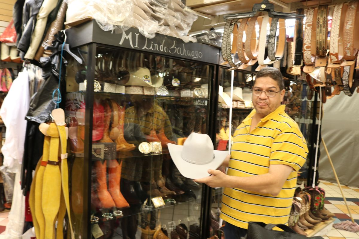 """Ricardo Núñez, dueño de la tienda """"La Karida"""", importa cada año miles de dólares en botas, camisas, sombreros y más. / foto: Jorge Luis Macías."""