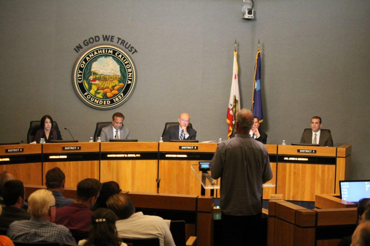 ¿Quiénes buscan desbancar al concejal republicano de Anaheim?