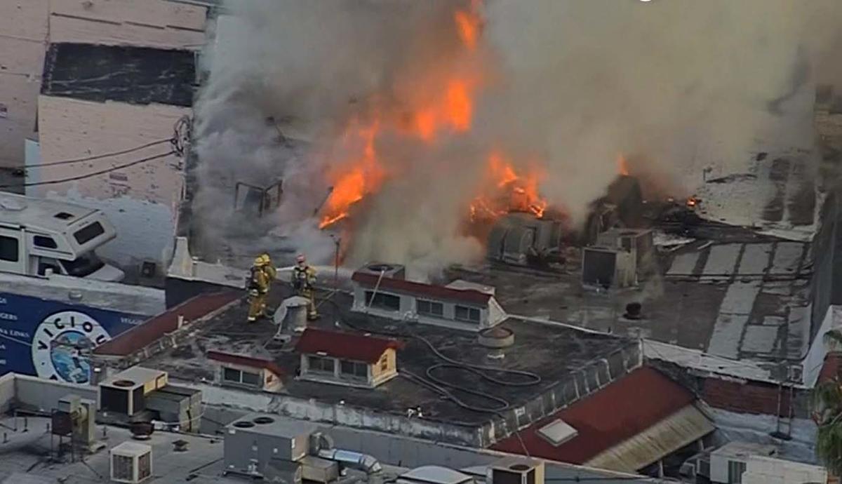 Incendio masivo en zona comercial de North Hollywood