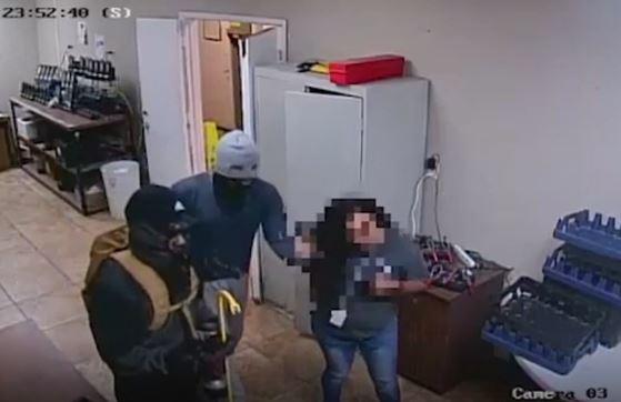 Video: Mujer sorprende a sospechosos en pleno robo
