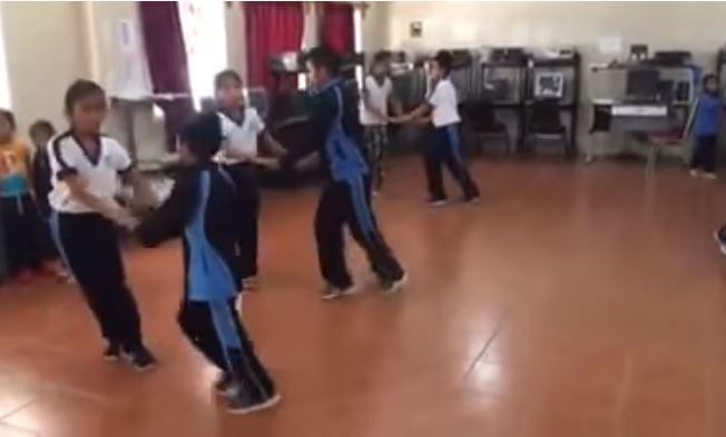Algo tiene de especial la clase de educación física de este maestro que se ha vuelto viral