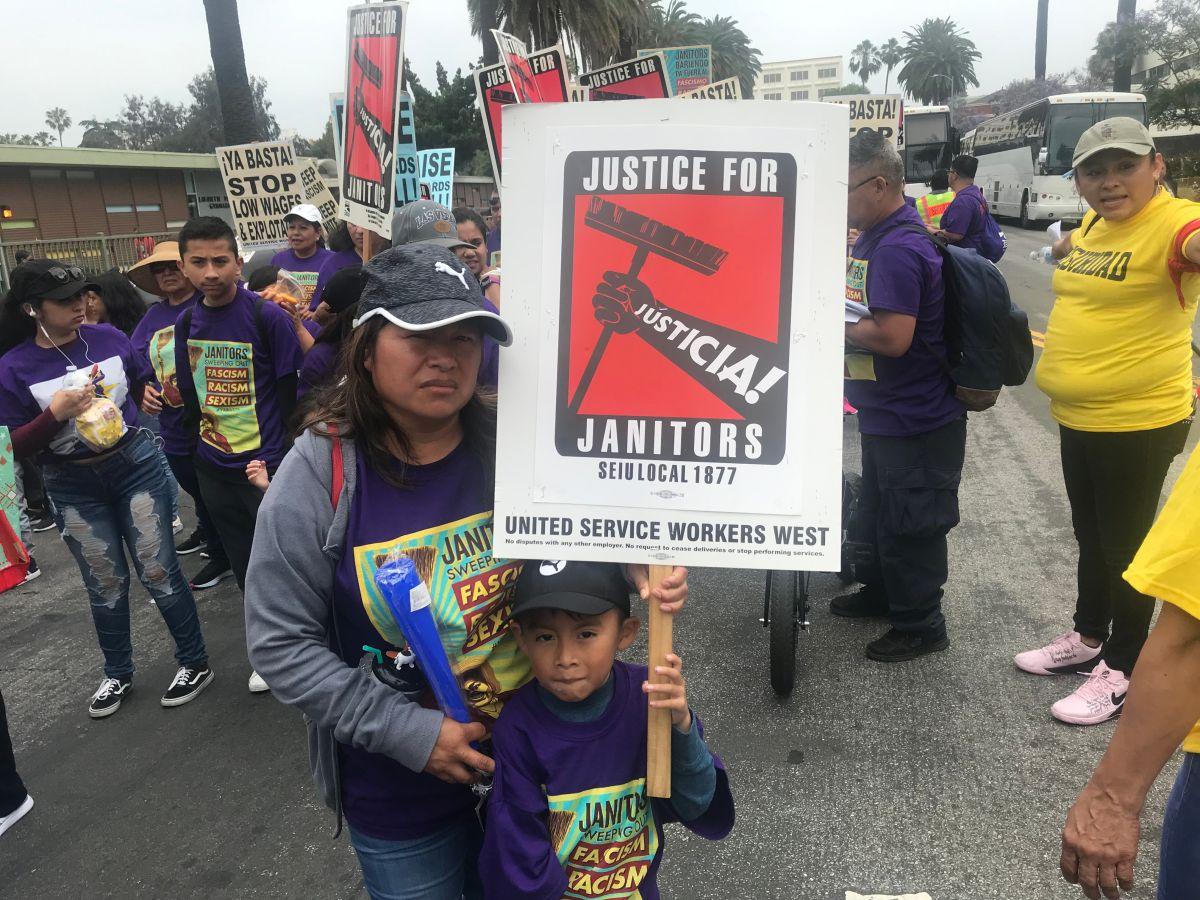 Mariana Leal y su hijito Alex marcharon el jueves. /Virginia Gaglianone
