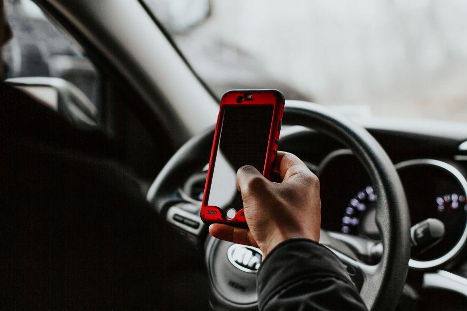 Evita el uso del celular al conducir y sigue estos tips para no quedar incomunicado