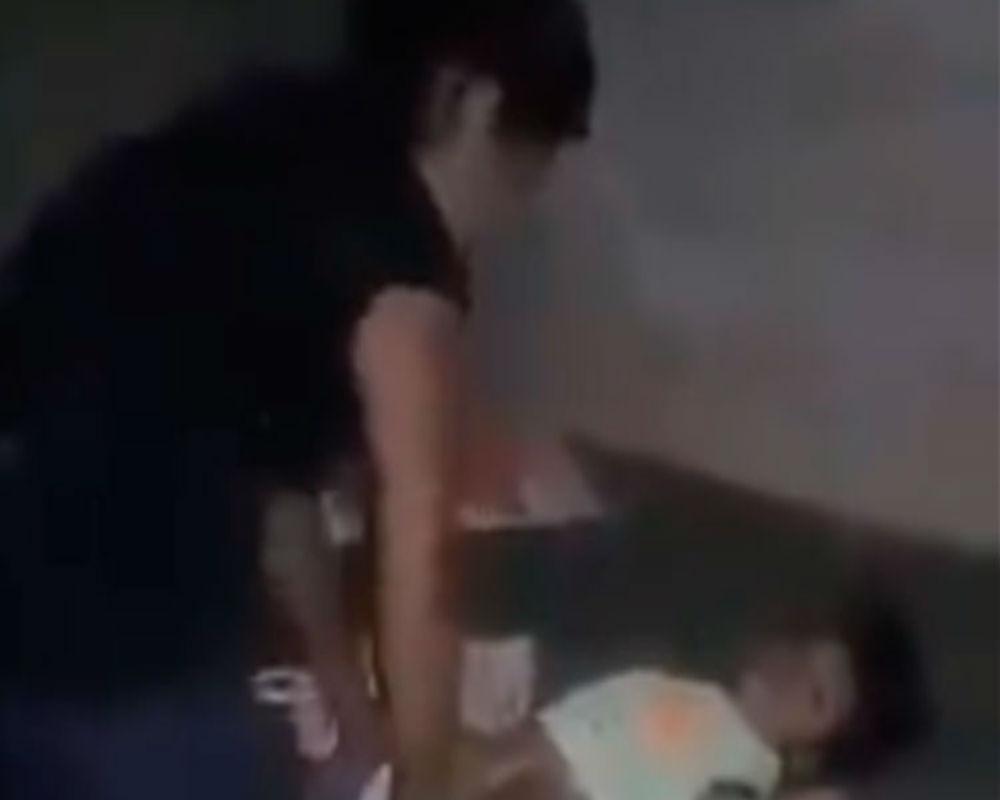 VIDEO: Mujer golpea brutalmente a bebé, incluso la trata de asfixiar