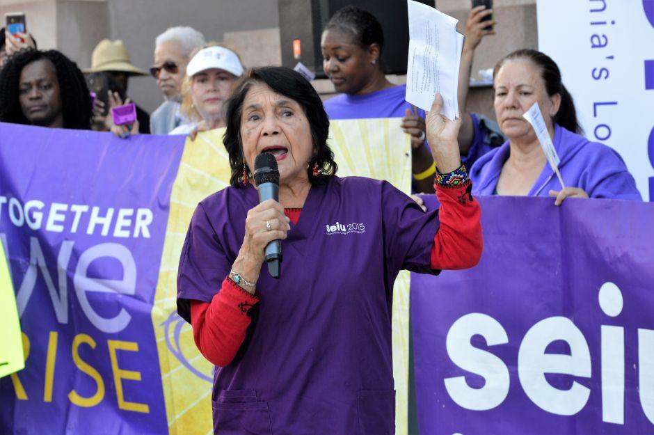 Arrestan a Dolores Huerta en Fresno en medio de protesta por un mejor salario para trabajadores