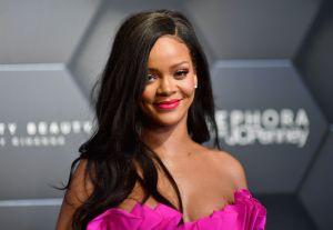 Contemplando su propia retaguardia, Rihanna posa usando un bikini con estampado de cerezas