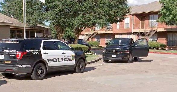 Houston: Le roban 4 armas a un policía fuera de servicio