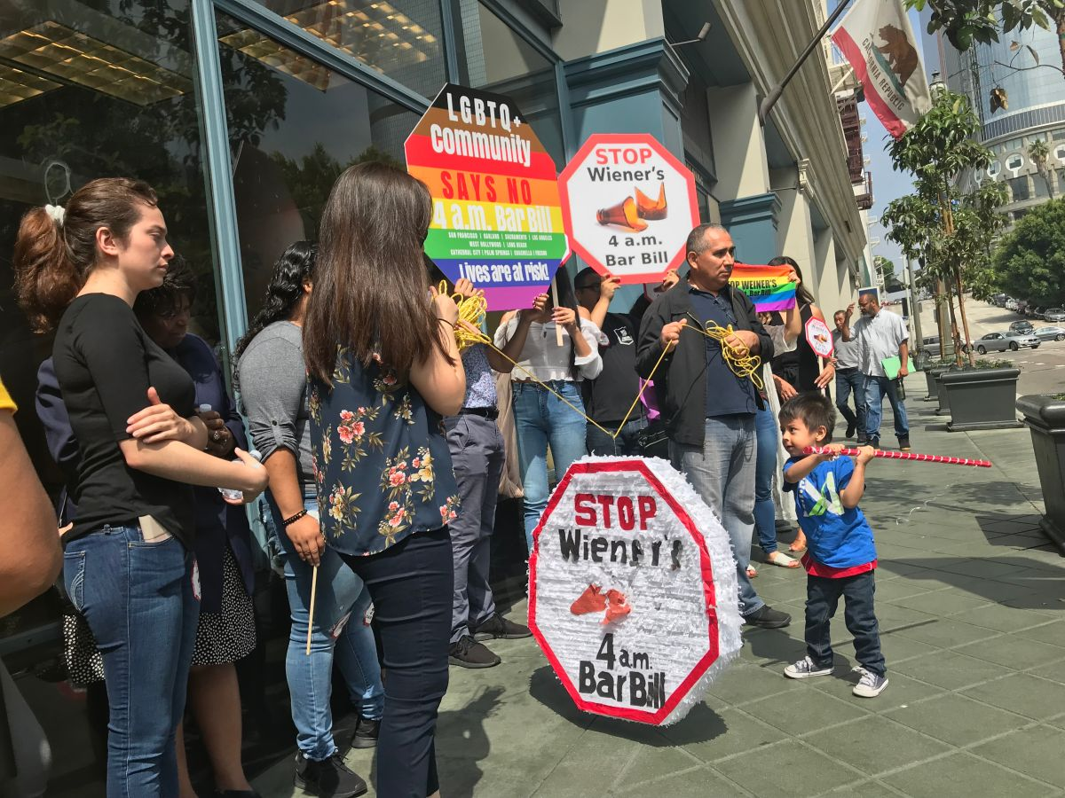 Protestan propuesta de extender el horario para servir alcohol