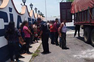 México detiene a 101 migrantes. 86 de ellos viajaban hacinados en un camión. Había niños