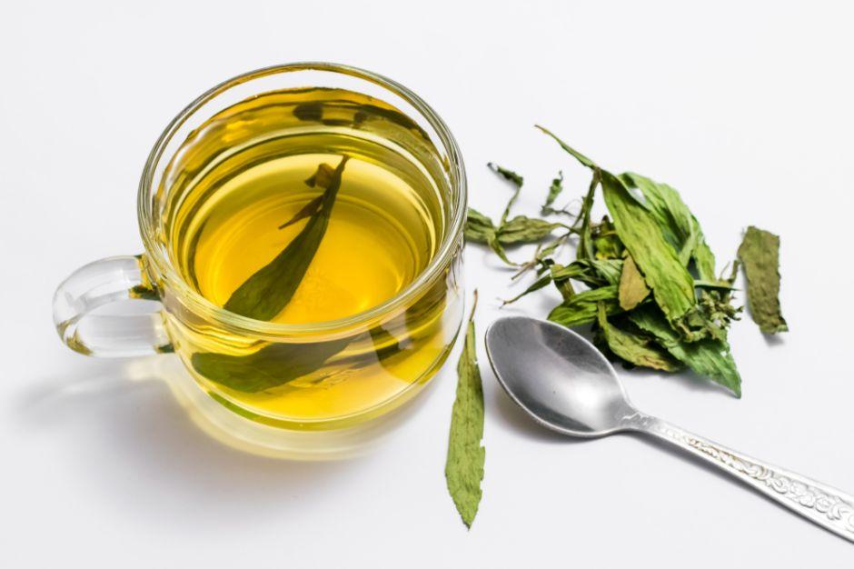 4 beneficios de beber té de laurel por las mañanas