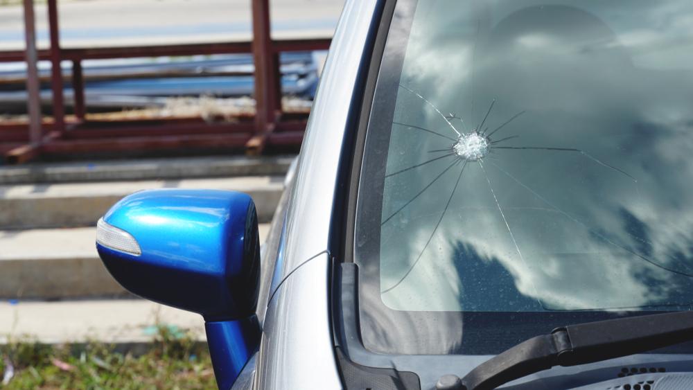 ¿Cómo podemos evitar la rotura del parabrisas mientras conducimos en la carretera?