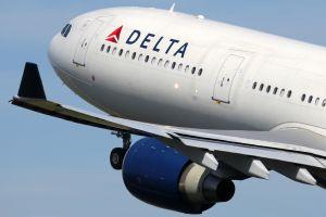 Motor de un avión de Delta parece desmoronarse a medio vuelo antes de aterrizar de emergencia