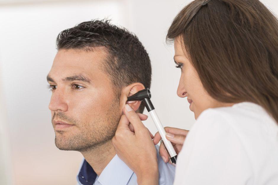 Fue al doctor por un fuerte dolor de oído y le descubren una lagartija alojada en su cabeza