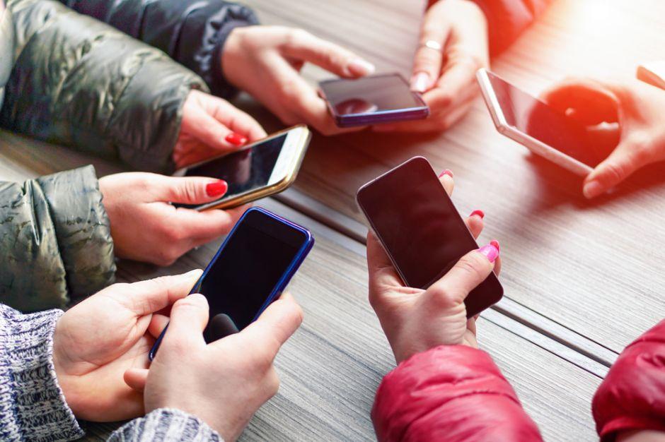 Expertos en seguridad aconsejan jamás usar el cargador del celular de otra persona, los motivos te sorprenderán