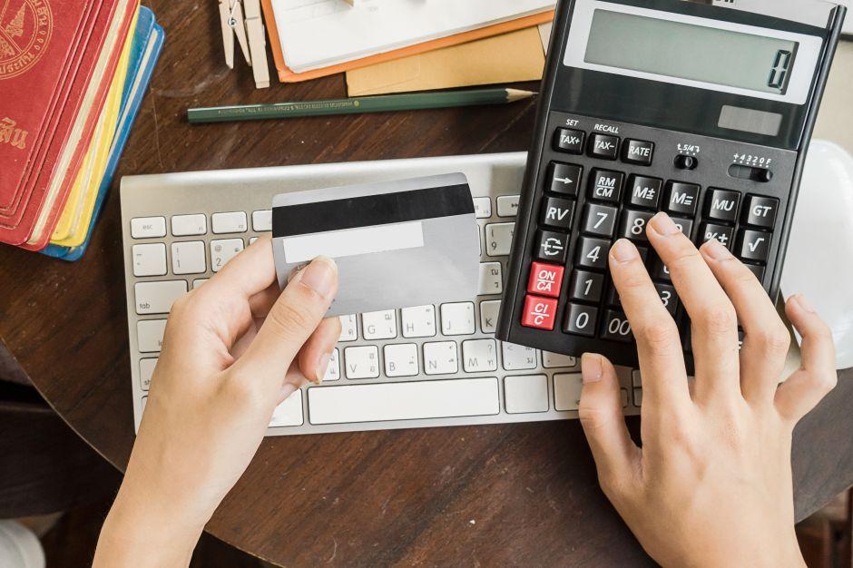 ¿Cómo puedo evitar los cargos de mis tarjetas de débito y crédito?