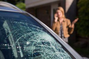 ¿Qué debemos hacer si el parabrisas se estalla mientras conducimos?
