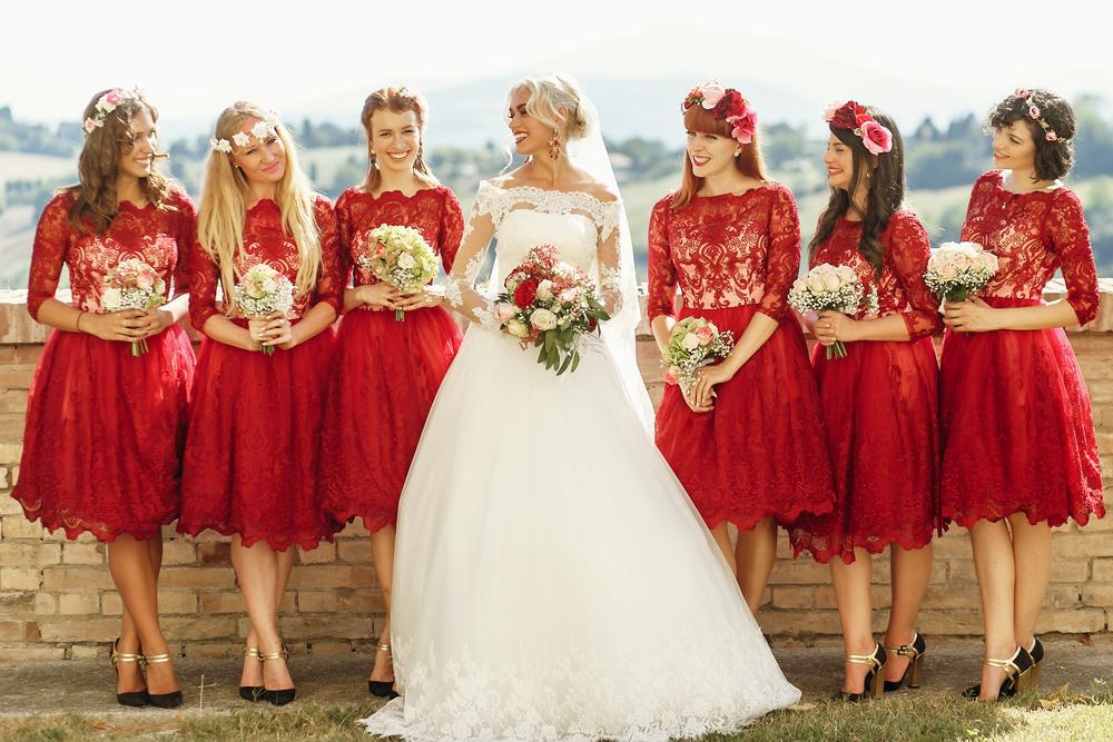 Los 7 mejores estilos de vestidos cortos para que las damas de honor usen en tu boda