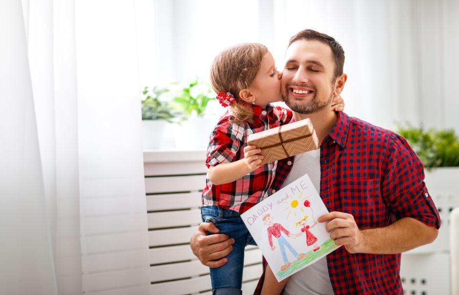 Tener una hija, en vez de un hijo, mejora la vida de los papás