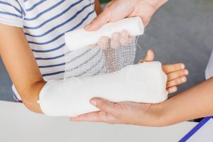 ¿Por qué es recomendable llevar a tu hijo a consulta con un traumatólogo?