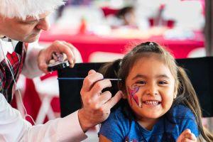 Voluntarios llevan alegría a niños de escasos recursos en el valle de San Fernando