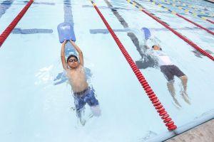 Clases de natación gratuitas o a bajo costo durante el verano en las piscinas de Los Ángeles