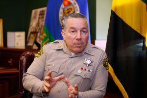 Sheriff Villanueva expresa su tolerancia cero con bandas secretas dentro de la entidad
