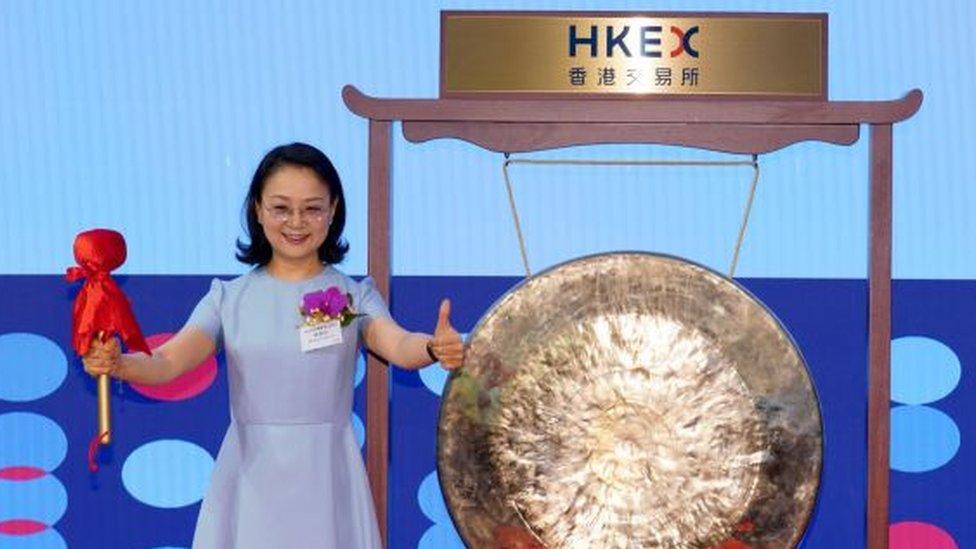 """La increíble trayectoria de Zhong Huijuan, la exprofesora china que se convirtió en """"la mujer más rica de Asia"""""""