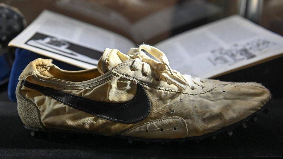 Se cree que el par de zapatillas Nike Waffle Racing Flat Moon Shoe que adquirió un empresario canadiense nunca fueron usadas.