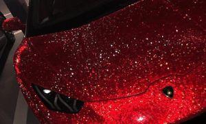 Modelo conduce un Lamborghini con 1.3 millones de cristales Swarovski