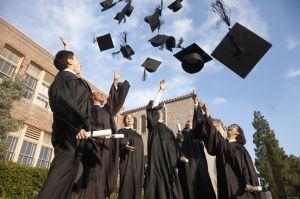 Un extraño paga la deuda universitaria de 400 estudiantes en California