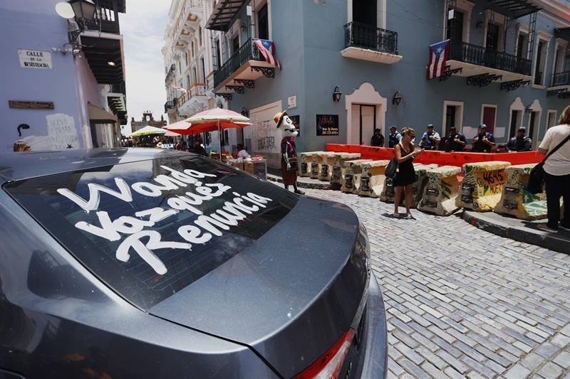 Un auto con un mensaje que pide la renuncia de Wanda Vázquez, que sustituirá a Ricardo Rosselló como gobernadora, por la calle que conduce a La Fortaleza.