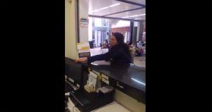 Video: Pierde los estribos al llegar tarde (y ebria) a su vuelo. Terminó arrestada