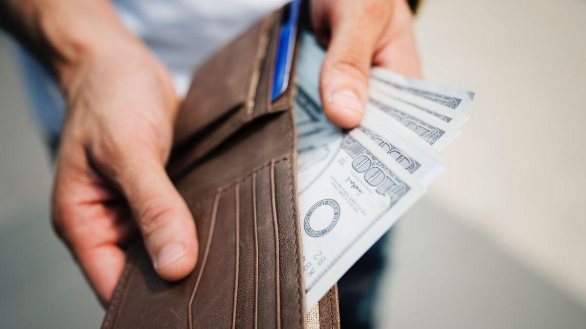 Cuáles son los potenciales problemas de elevar el salario mínimo federal a $15 dólares