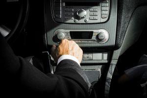 Por qué no debes poner punto muerto mientras conduces