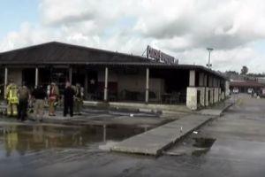 Dos bomberos tuvieron que ser rescatados tras quedar atrapados en un incendio