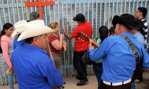 Serenata en la frontera:  el amor se escabulle entre el muro fronterizo