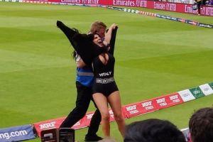 La sensual madura que irrumpió en la final del Mundial críquet