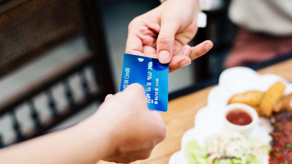 La arrestaron por dar una propina de $5,000 con la tarjeta de crédito de su novio
