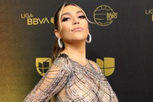 Frida Sofía comparte una foto en la que se muestra desnuda y sólo cubierta con pétalos