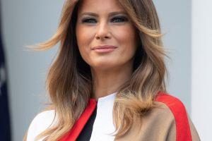 """Melania Trump """"enseñó de más"""" por culpa de la lluvia y no vestir brassiere"""
